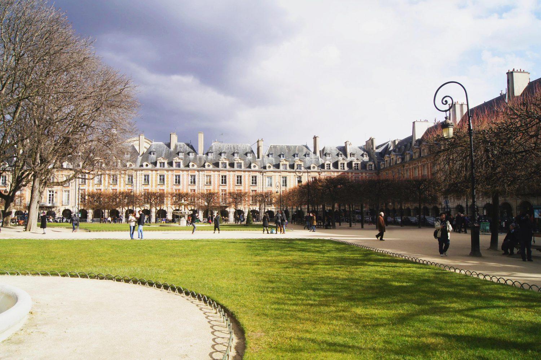 Pourquoi la place des Vosges s'appelle-t-elle ainsi?